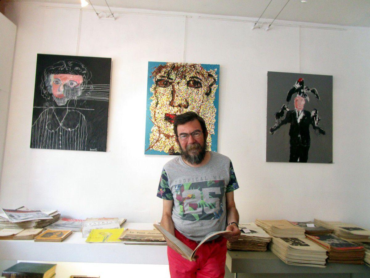Laurent Sutter devant les toiles de Paskal Hotman