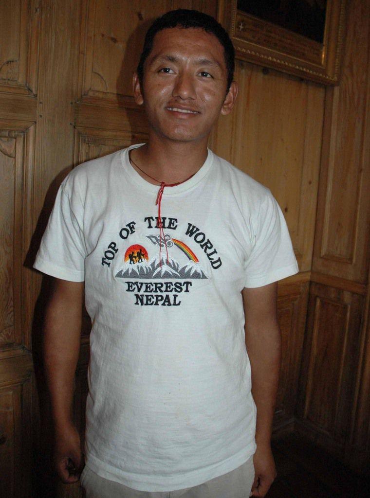 Ce guide Nepalais était sur les flancs de l'Himalaya avec un groupe de trekking.