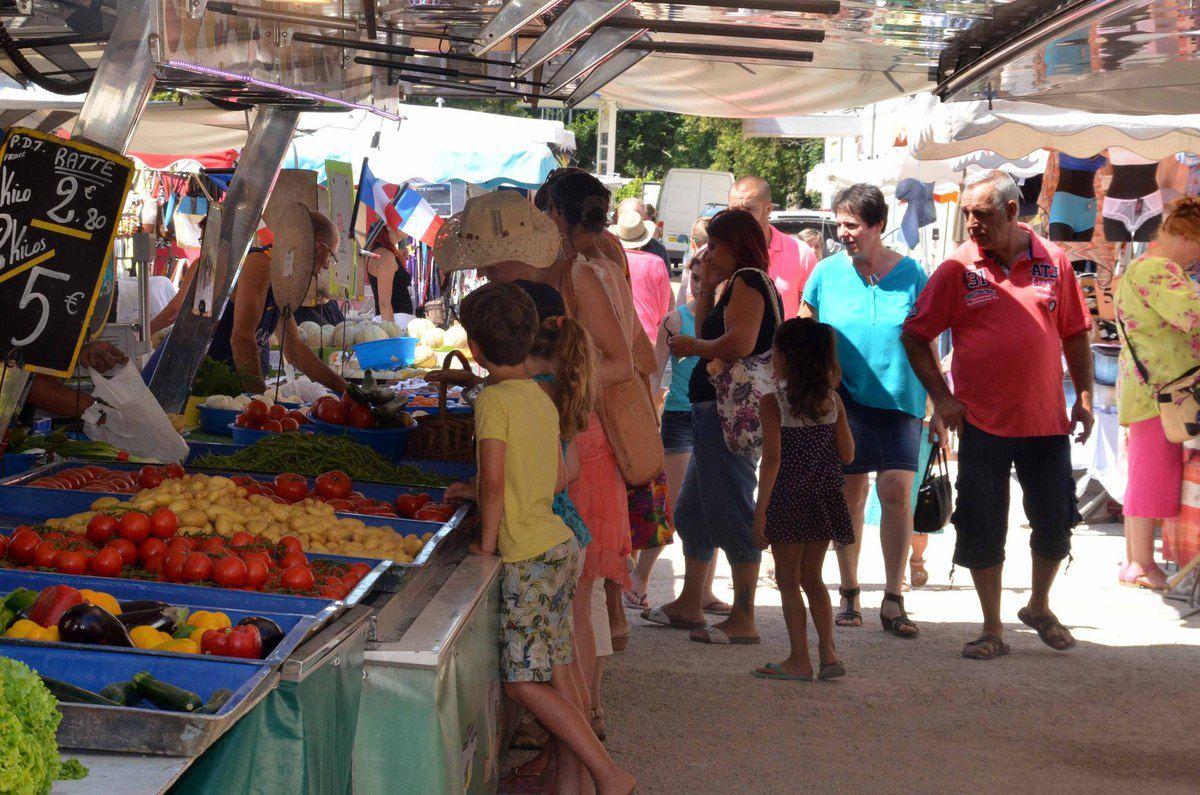 Des légumes produits en bio sur le marché.