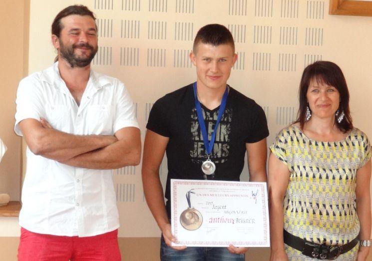 Le jeune apprenti avec Julien Roland, son maître d'apprentissage, et Nadine Prevel, sa maman.