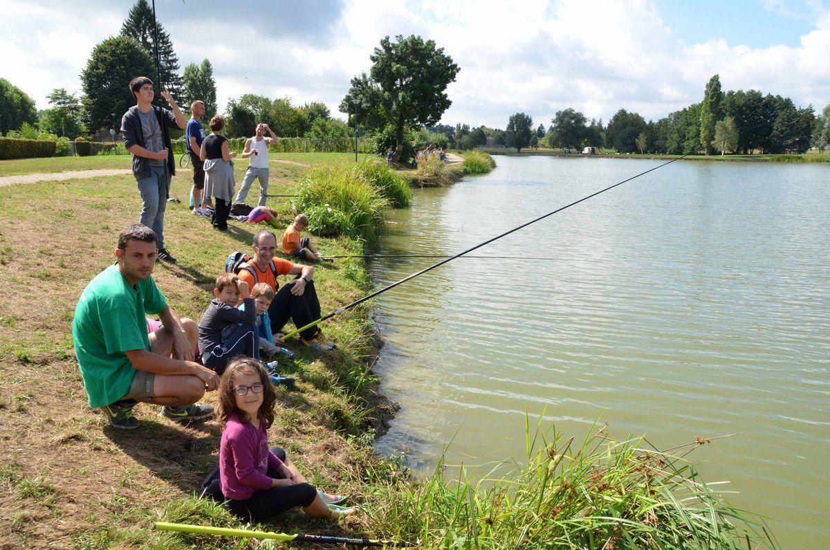 Le camping Champ d'été organise des parties de pêche pour ses résidents.