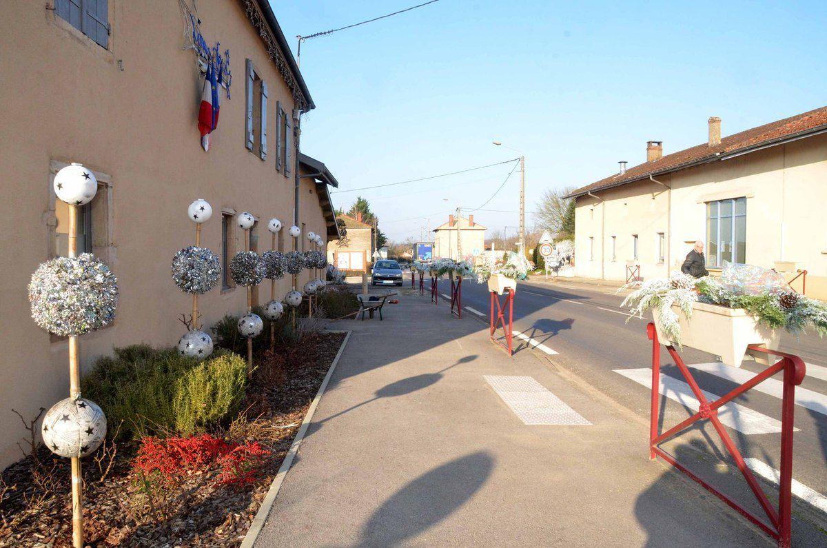 Le village d'Ozan est cette année encore superbement décoré pour les fêtes de fin d'année.