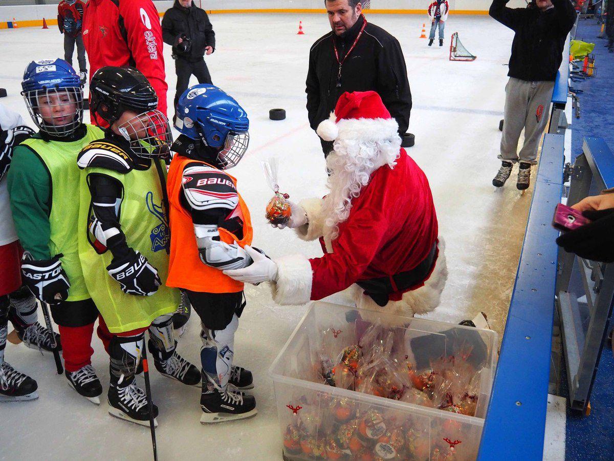 Le Père Noël est passé à la patinoire.