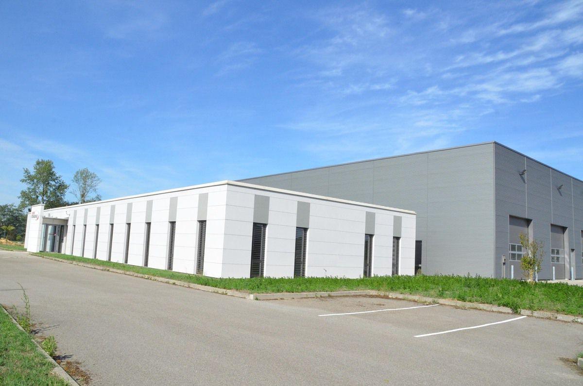 L'ancienne usine de Mitsubishi motor sports, inoccupée pendant trois ans, mais ajourd'hui louée,  a lourdement pesé dans les comptes de l'ancienne communauté de communes de Pont-de-Vaux.