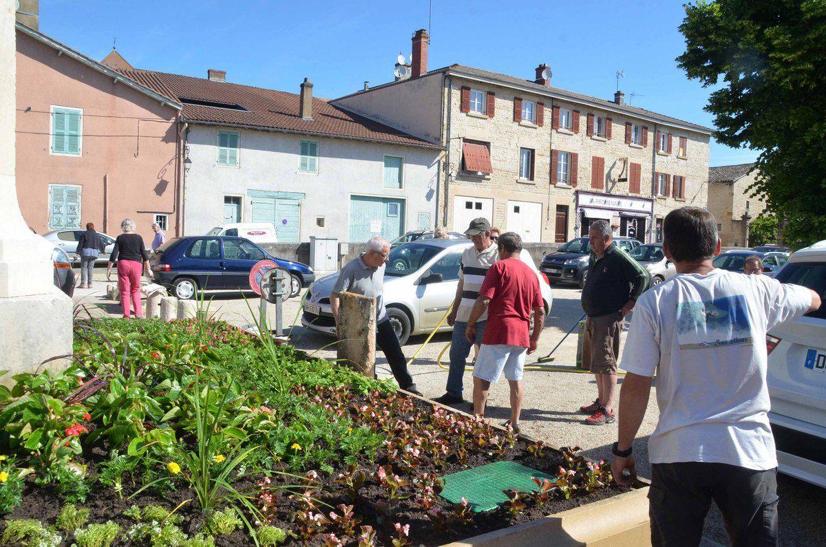 Pont-de-Vaux : les bénévoles du comité de fleurissement ont terminé les plantations de printemps.