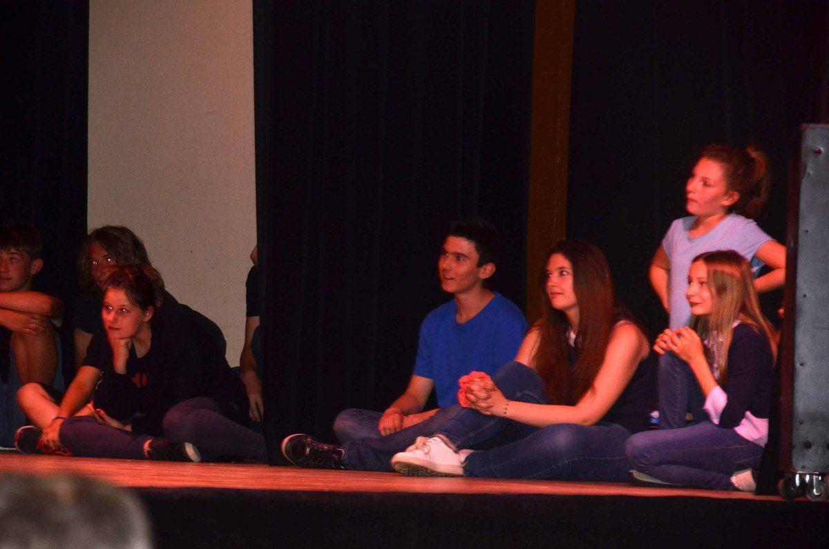 La dernière séance de théâtre improvisé était animée par un groupe de collégiens.