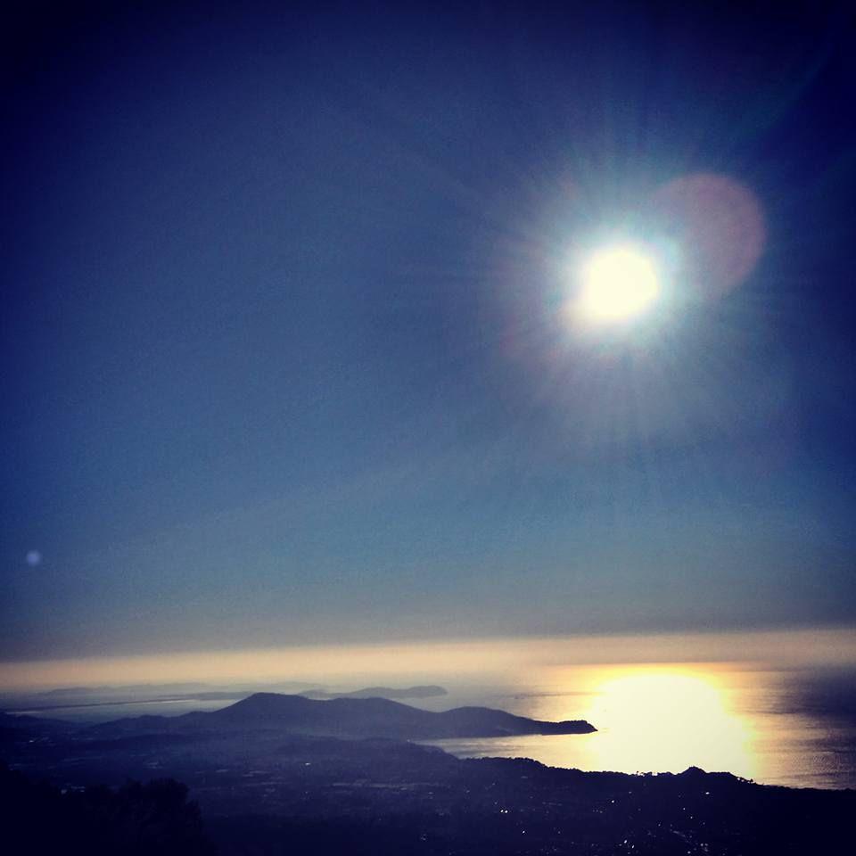 Pas plus de chance au sommet du Faron. Il reste loin au dessus des îles d'Hyères...