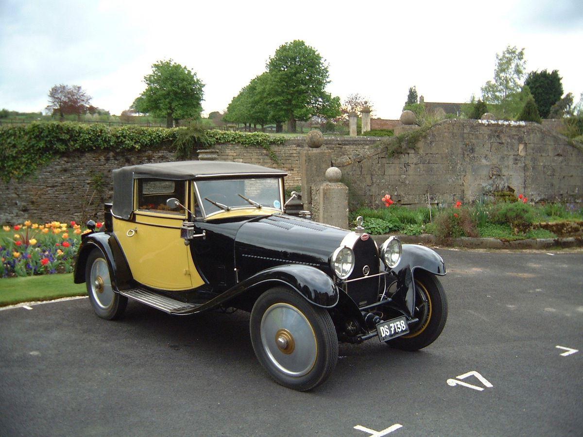 """Bugatti T 40 """"Lidia"""" – 1500 cc – 1928  Construite par Jean Bugatti pour sa sœur Lydia, elle est restée dans la famille jusque dans les années 70. A participé à beaucoup de rallyes depuis qu'elle est la propriété de Julia."""