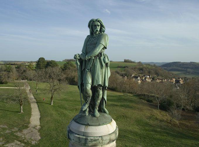 """Vercintérorix, Alésia. Au pied de la statue élevée à Vercingétorix sur les hauteurs d'Alise-Sainte-Reine, on a gravé ces paroles de César : """"Unie, la Gaule défierait le monde."""""""