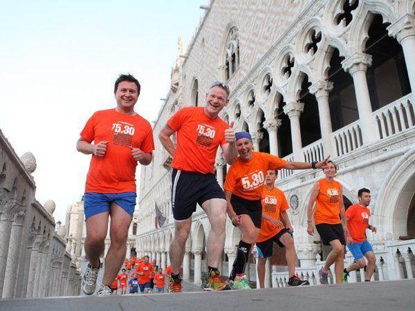Venicemarathon 2015. Una 5.30 running in maschera, parte del programma ufficiale del Carnevale di Venezia