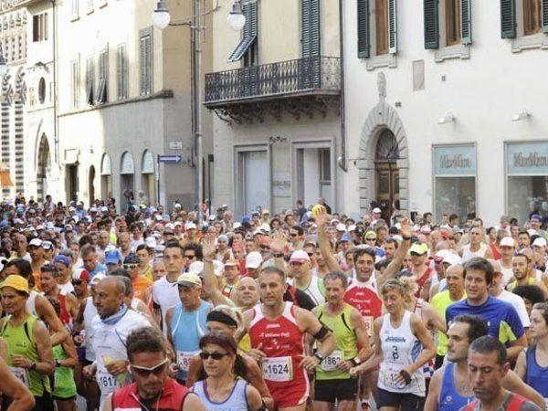 Pistoia-Abetone. Partenza da Piazza Duomi di Pistoia dell'edizione 2013.