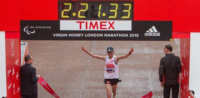 El Amin Chentouf (cat. T12) taglia il traguardo alla Virgin Money London Marathon 2015.