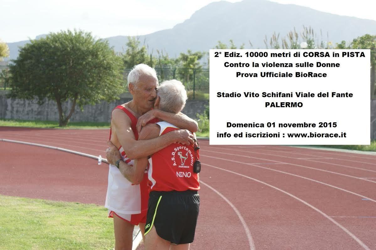 I due ultrattantenni Ciccio De Trovato e Antonio Macaluso si abbracciano al termine dei 10.000 metri in pista, in occasione della passata edizione (2014)