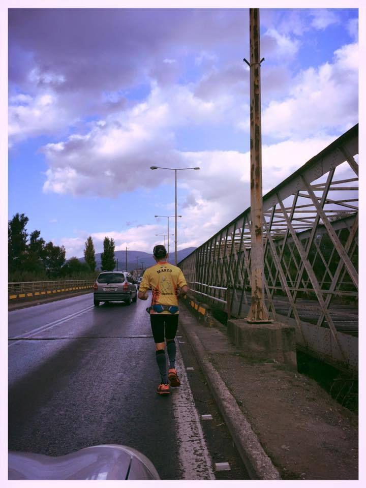 Fidippides Run 2015 (1^ ed.). Marco Bonfiglio, dopo il giro di boa a Sparta, continua nella sua corsa, uomo solo al comando