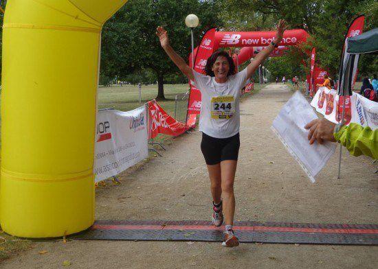 Angela Gargano alza le braccia al cielo, tagliando il traguardo di una delle sue innumerevoli gare