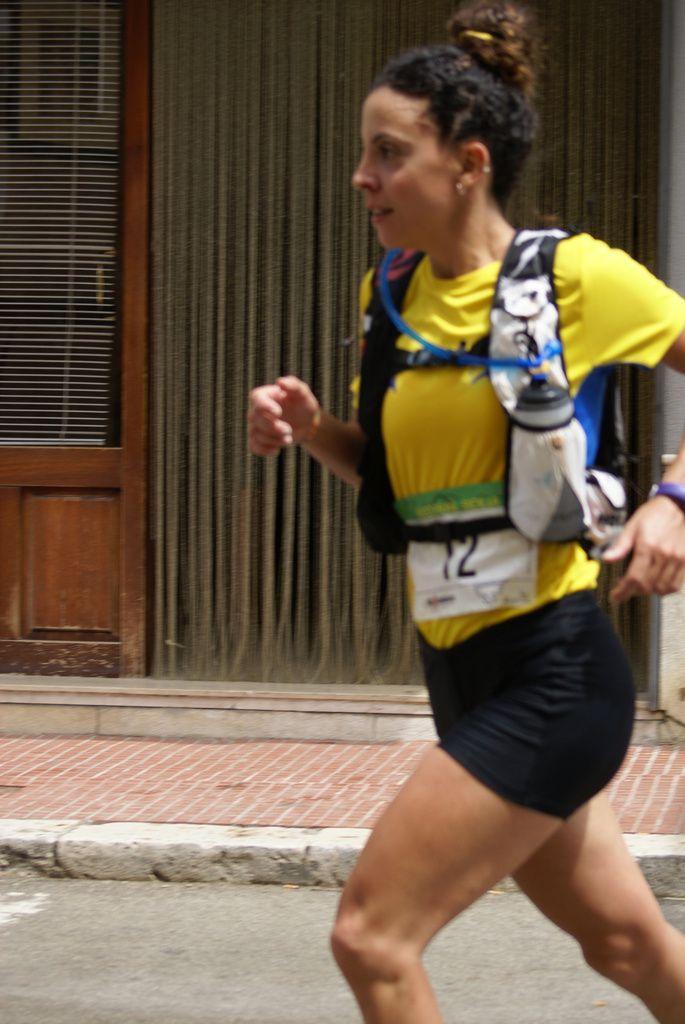 Daniela Pillitteri si appresta a tagliare il traguardo del Trail delle Cantine di Camporeale 2016 (foto di Maurizio Crispi)