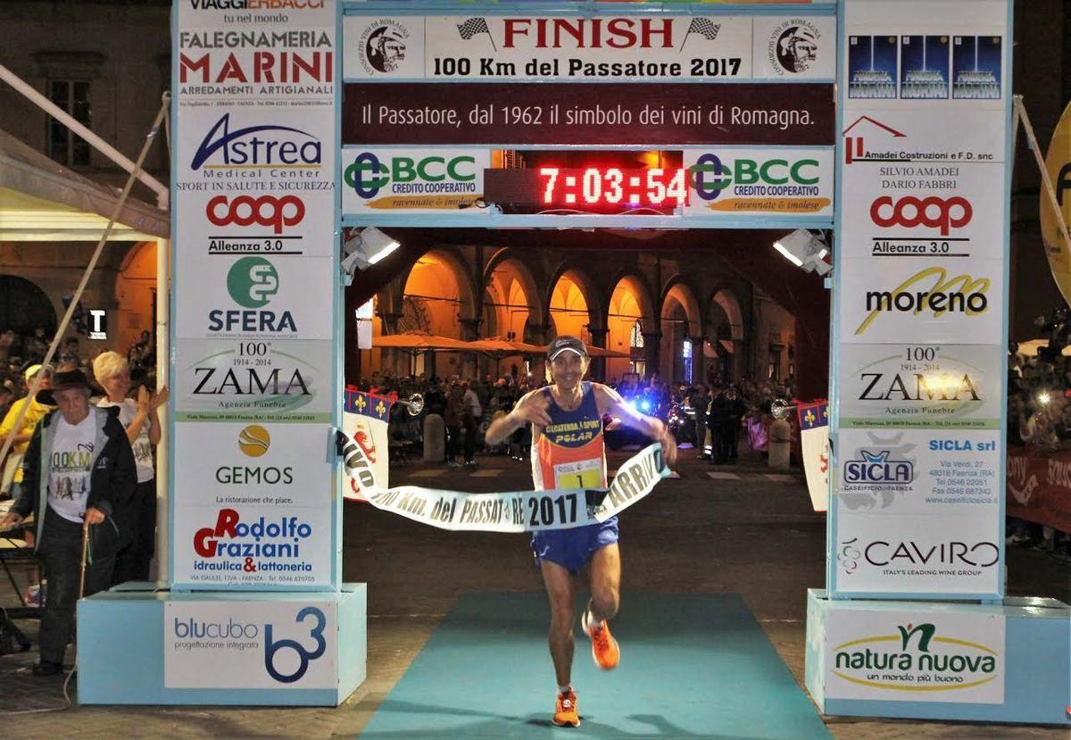Le foto dell'arrivo di Giorgio Calcaterra, vincitore della 45^ edizione della Cento km del Passatore, sono state fornite dall'Ufficio Stampa, senza precisare la fonte. Come anche le foto dei due podi, maschile e femminile.