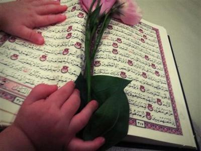Les enfants touchent au Coran