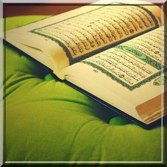 Celui qui récite certains versets sans les prononcer correctement