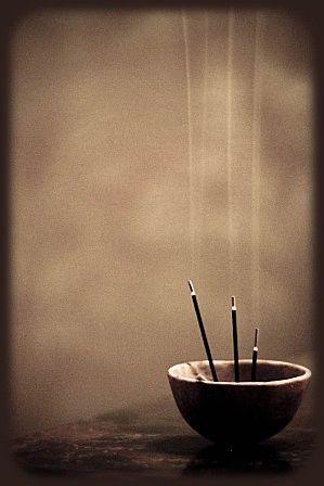 L'encensoir devant les fidèles en prière