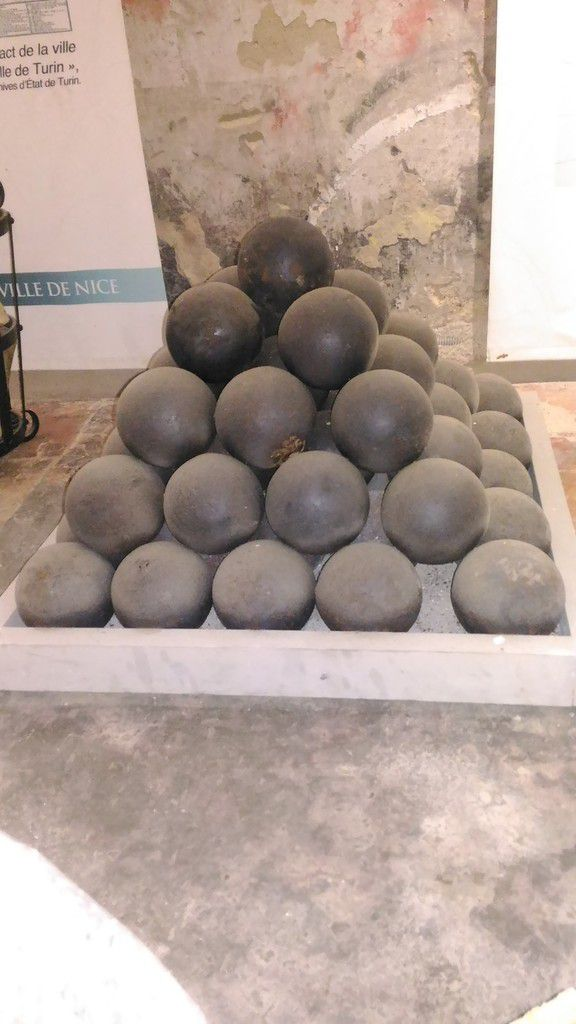 gros et petits boulets de canon - big and small cannonballs