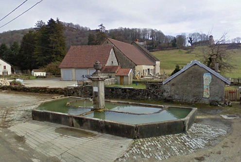 La fontaine du village de Mirebel (39570)
