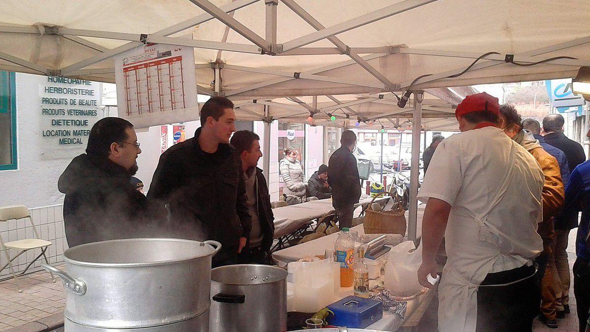 Franck DESCOURS et Ludovic CASTILLAN vos deux conseillers municipaux FN de Saint-Chamond, sont allés rue de la Caure, participer à la matinée tripe et boudin organisée par la boucherie Blanc