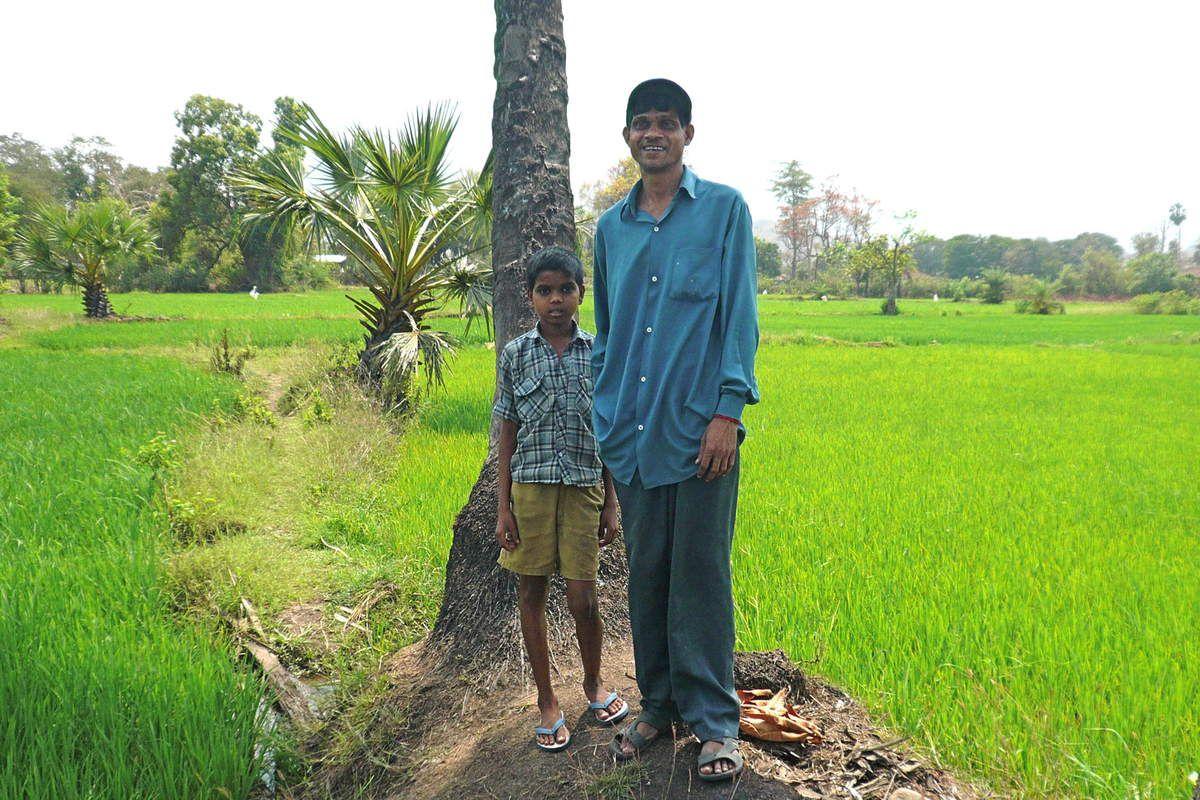 Shantaram Chintya Tumbada avec son fils aîné, devant sa rizière.