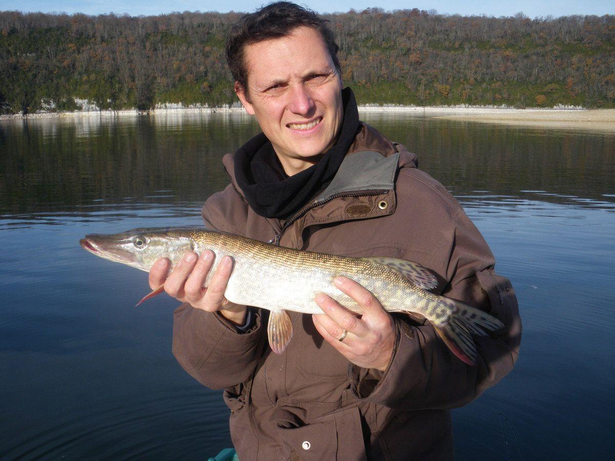 La pêche du carassin dans le domaine dOmsk de vidéo