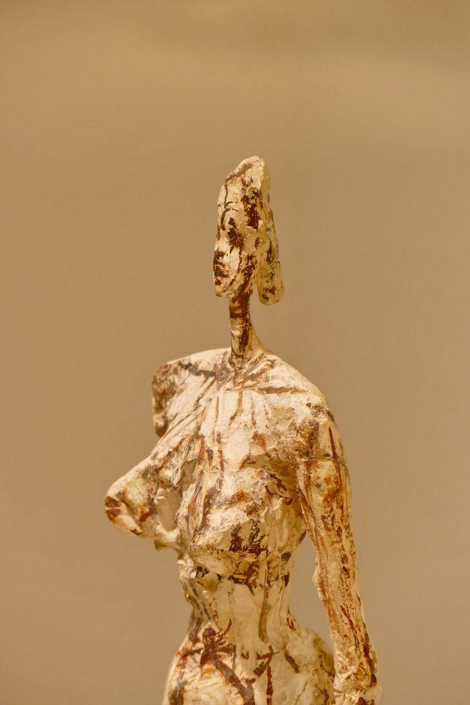 """""""Nu debout sur socle cubique"""", 1953, et """"Femme de Venise V,"""" 1956, plâtre peint, Alberto Giacometti .. Landerneau, septembre 2015, photographie lavieb-aile."""