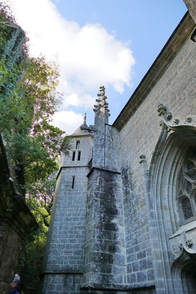 La tour de la chapelle Sainte-Barbe,  ses trois fenêtres et la statue de sainte Barbe. Photographie lavieb-aile.