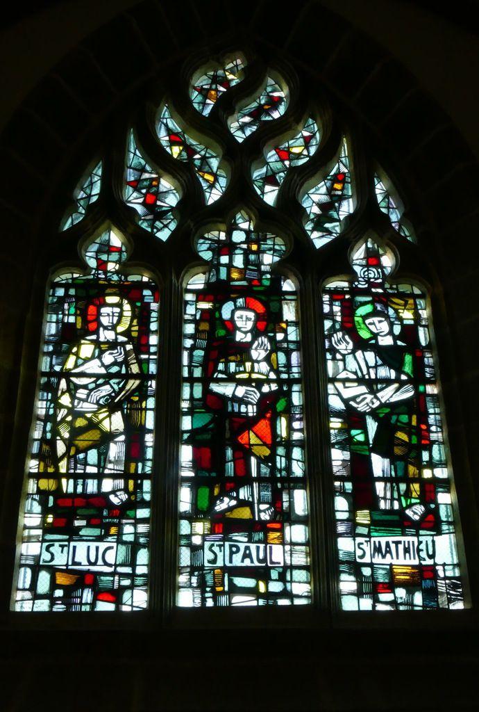 Saint Luc, saint Paul et saint Mathieu, par Jacques Le Chevallier, vitrail du déambulatoire, chœur de l'église Notre-Dame du Cap Lihou, Granville, photographie lavieb-aile.