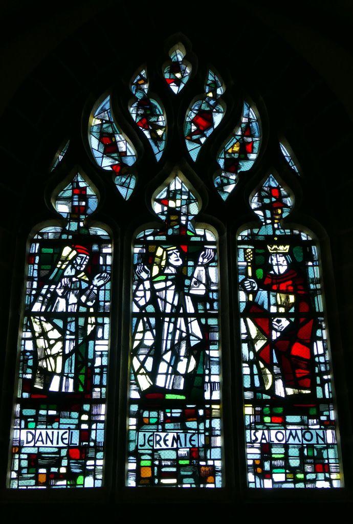 Daniel, Jérémie et Salomon, par Jacques Le Chevallier, vitrail du déambulatoire, chœur de l'église Notre-Dame du Cap Lihou, Granville, photographie lavieb-aile.