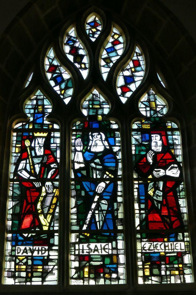 David, Isaïe et Ezéchiel,  par Jacques Le Chevallier, vitrail du déambulatoire, chœur de l'église Notre-Dame du Cap Lihou, Granville, photographie lavieb-aile.