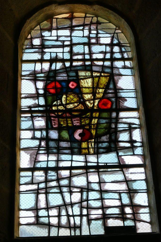 Vitrail de Jacques Le Chevallier, 1974,  Nef de l'église Notre-Dame du Cap Lihou, Granville, photographie lavieb-aile.