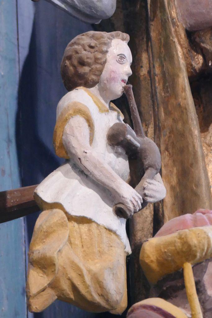 """Ange sonneur (""""biniaouer""""), Retable de la Vierge, Notre-Dame du Crann (Spézet), photographie lavieb-aile."""