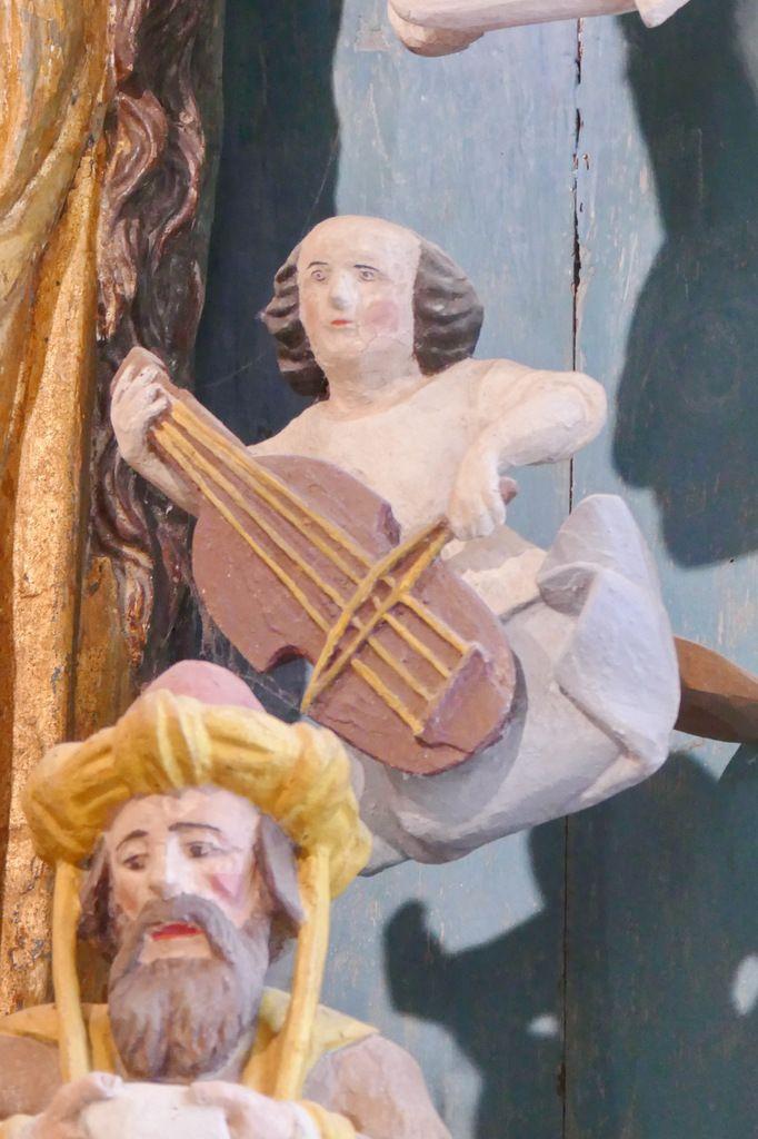Ange joueur de vièle à archet,  Retable de la Vierge, Notre-Dame du Crann (Spézet), photographie lavieb-aile.