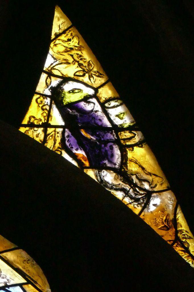Ajours latéraux du tympan, Marc Chagall, vitrail de La Création, 1959-1963, cathédrale de Metz. Photographie lavieb-aile.