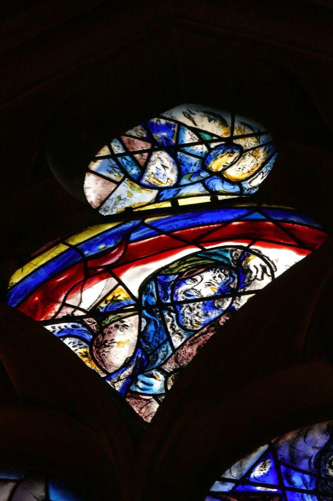 Noé et l'arc-en-ciel, tympan de la baie n°11,  déambulatoire nord de la cathédrale de Metz,  photographie lavieb-aile.