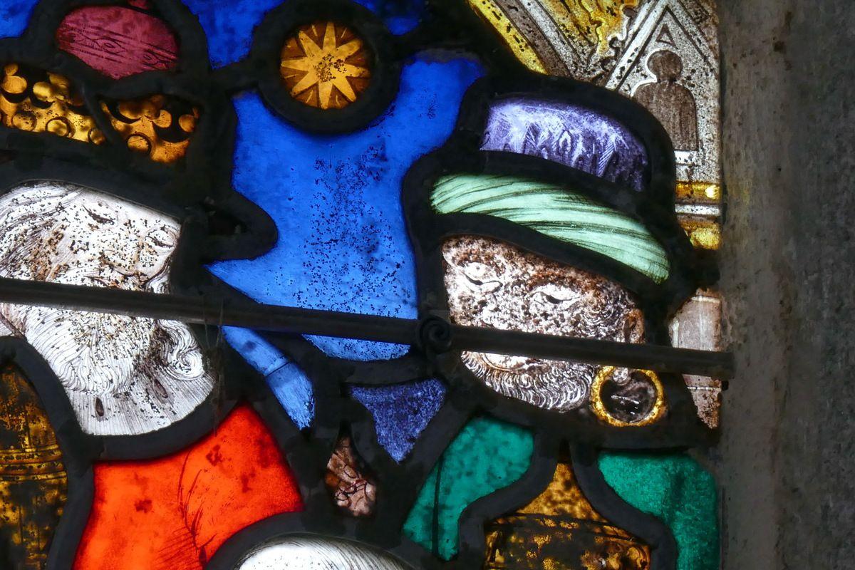Adoration des Mages (détail) baie axiale, église de Brennilis. Photographie lavieb-aile.