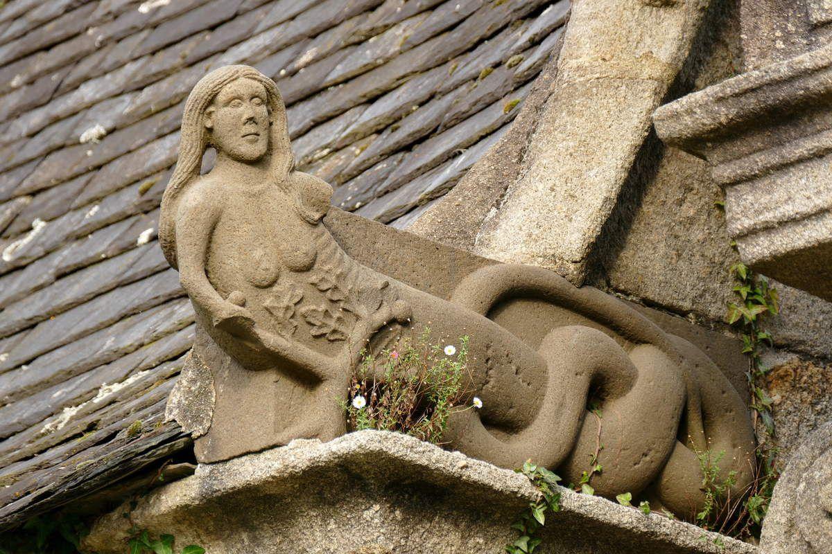 Femme-serpent de la Tentation, ossuaire de l'enclos paroissial de Sizun. Photographie lavieb-aile.
