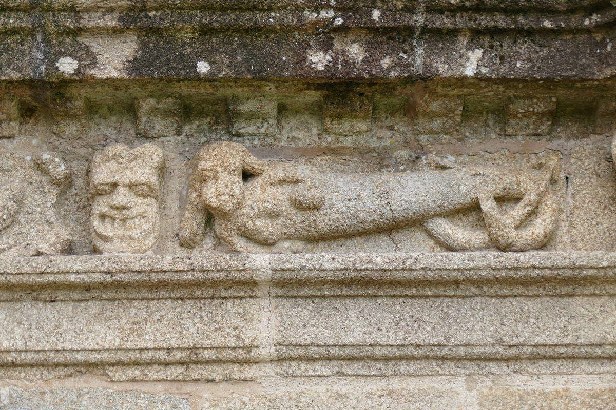 Femme-serpent de la Tentation, frise de l'église Saint-Suliau de Sizun. Photographie lavieb-aile.