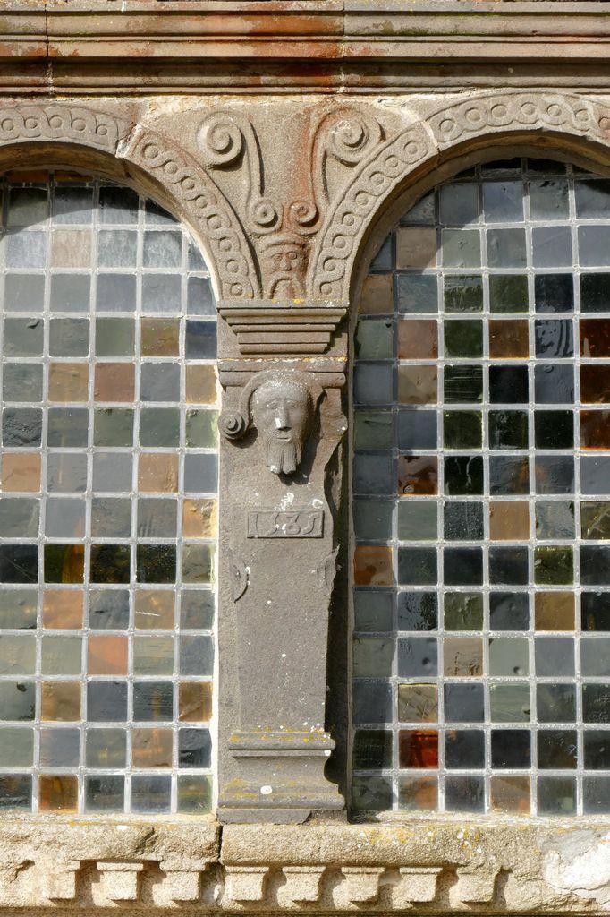 Deuxième registre de la façade de l'ossuaire de l'enclos paroissial de Sizun. Photographie lavieb-aile.