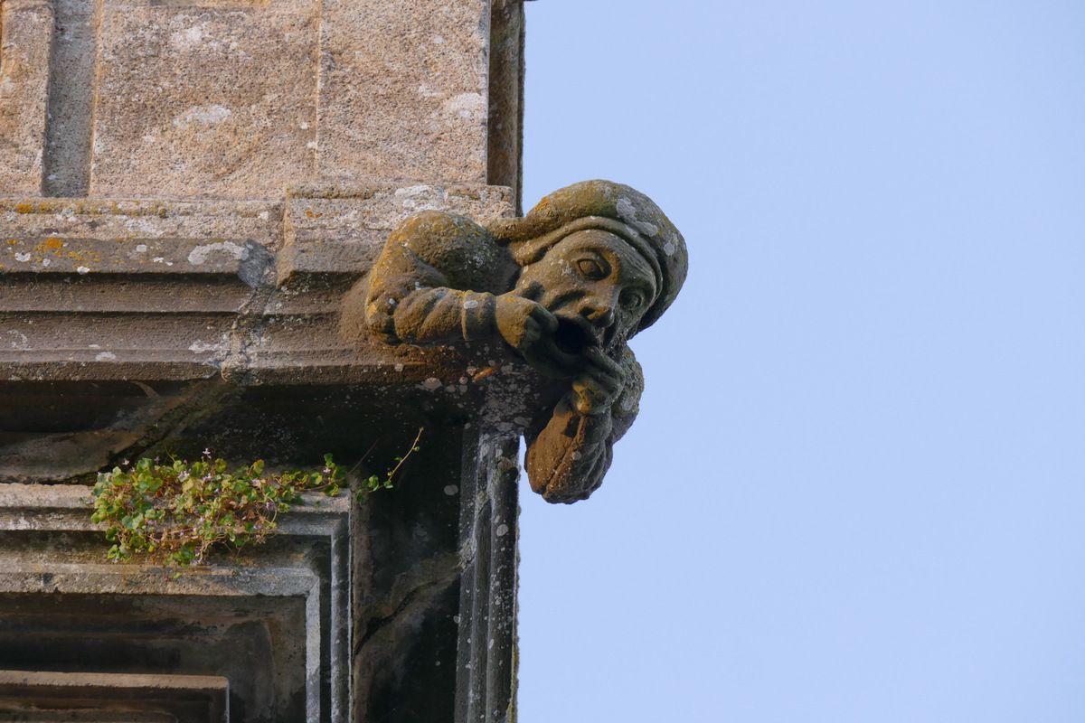 Les gargouilles encadrant la balustrade, église Saint-Sauveur, Le Faou. Photographie lavieb-aile.