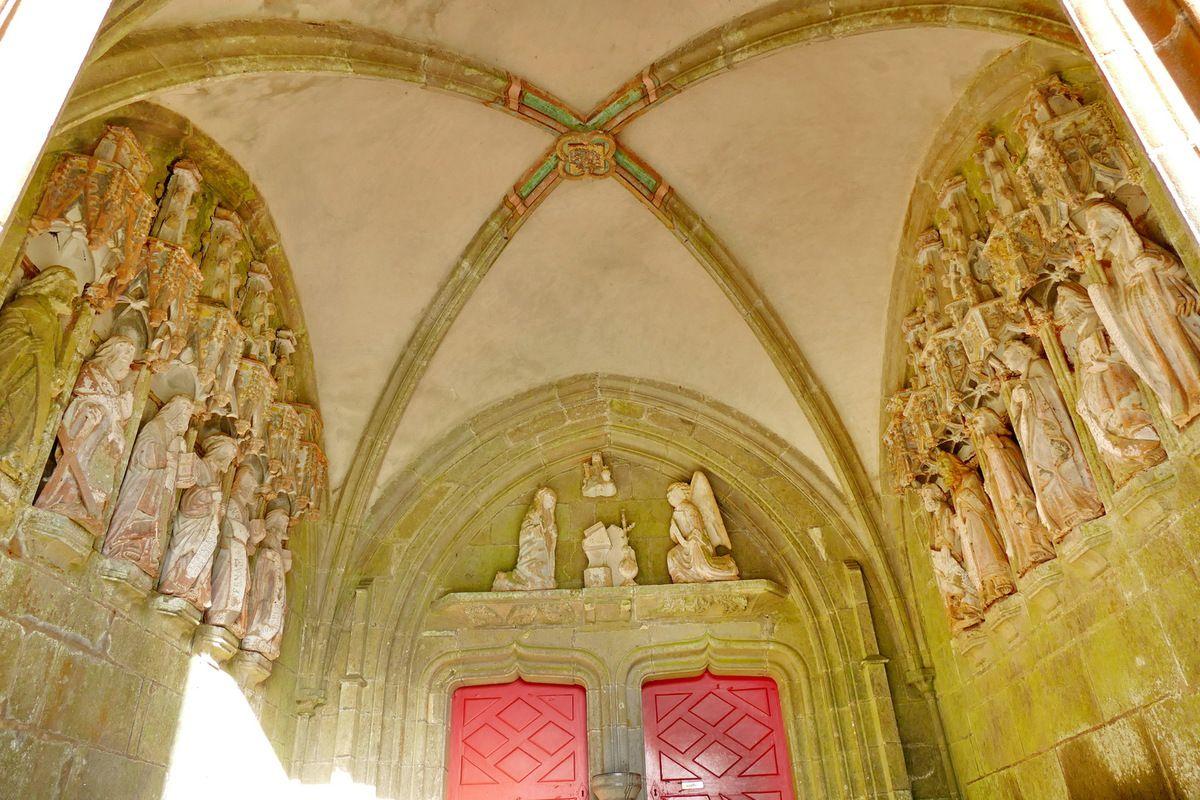 Porche sud de l'église de Rumengol. Photographie lavieb-aile.
