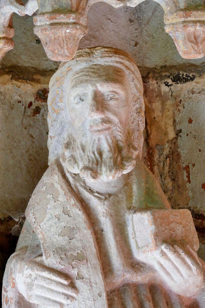 Saint apôtre,  porche sud de l'église de Rumengol. Photographie lavieb-aile.
