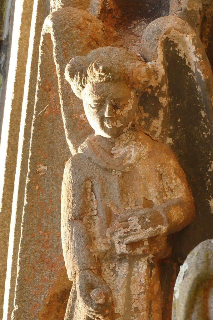 Ange thuriféraire, porche sud de l'église de Rumengol. Photographie lavieb-aile.