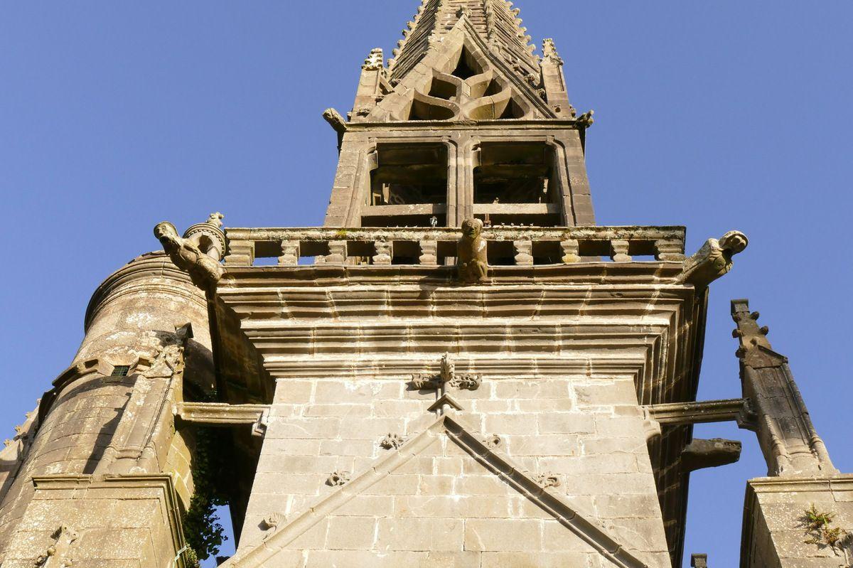 Balustrade autour de la chambre des cloches. Clocher de l'église Notre-Dame de Rumengol. Photographie lavieb-aile.