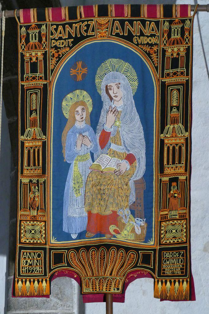 Sainte Anne éducatrice,  bannière de la paroisse de Guimiliau. Photographie lavieb-aile.