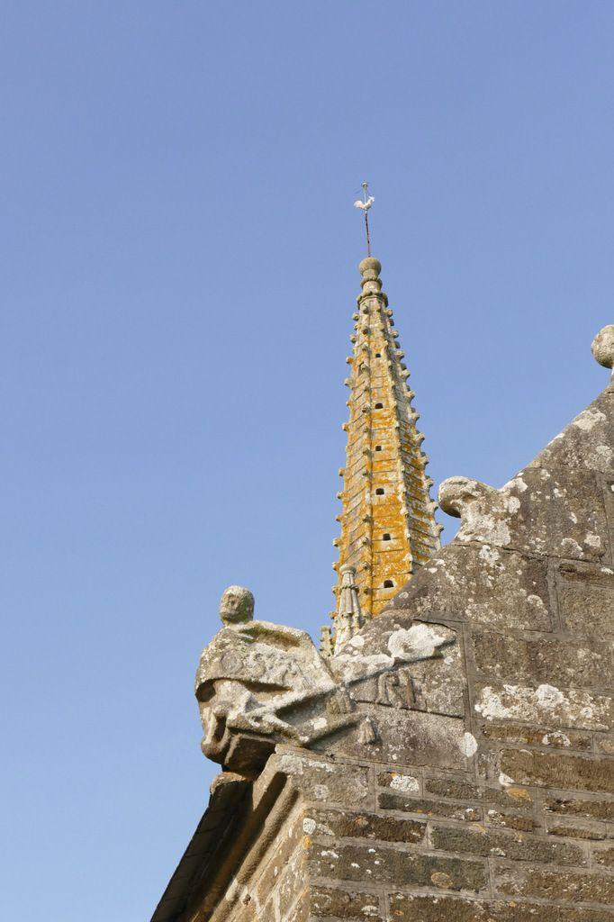 Crossette de l'angle sud-ouest de l'ossuaire,  église de Brasparts. Photographie lavieb-aile.